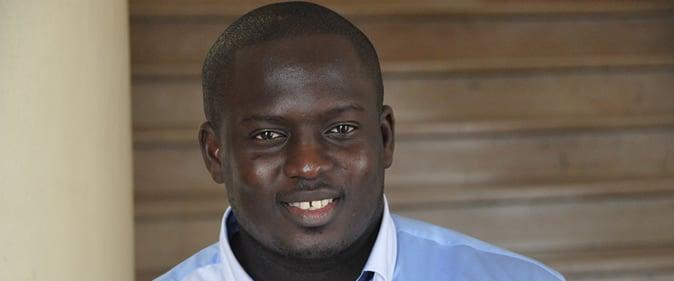 Aziz Ndiaye pr�t � monter l'affiche � Y�kini - Bombardier�