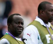 Vainqueur du tournoi du Qatar avec les U20, Joseph Koto offre sa m�daille � Mbaye Diouf Dia
